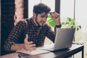 Правилните реакции при негативни коментари в мрежата