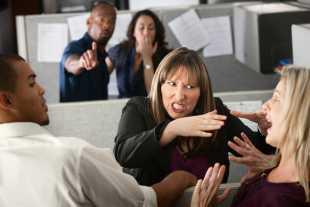 Как да се справим с арогантен колега